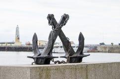 Verankern Sie ein Monument an Land in der Stadt von Kronstadt Stockfotografie