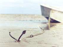 Verankert auf dem Ufer mit Boot Stockfotos