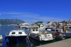 Verankerte Boote in Budva-Hafen Lizenzfreie Stockbilder