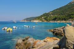 Verankerte Boote im Wasser von tyrrhenischem Meer, Sant Andreas auf Elba Lizenzfreie Stockfotos