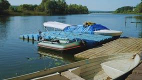 Verankerte Boote stock video