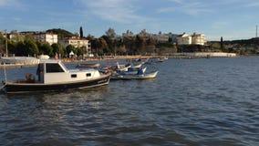 Verankerte Fischerboote während des Sonnenuntergangs in Ägäischem Meer stock video footage