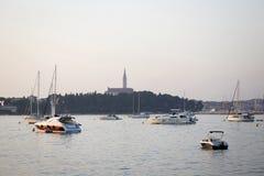 Verankerte Segelboote auf adriatischer Küste Lizenzfreies Stockfoto