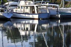 Verankerte Segelboote, die im Wasser sich reflektieren Stockfotos