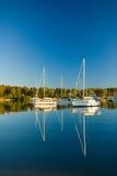 Verankerte Yachten reflektiert gegen blauen Himmel Lizenzfreie Stockbilder
