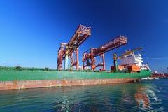 Verankertes Containerschiff stockfotos