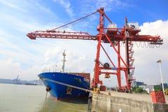 Verankertes Containerschiff in einem Hafen stockfoto