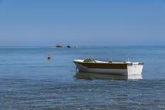 Verankertes Fischerboot Stockbild