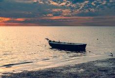 Verankertes Fischerboot auf einem Strand der Ostsee, Lettland Stockbilder