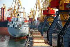 Verankertes Frachtschiff Lizenzfreies Stockfoto