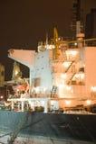Verankertes Frachtschiff stockfoto