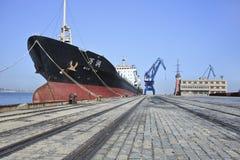 Verankertes Schiff im Hafen von Dalian, China Stockbild