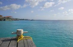 Verankerungs- Schiffspoller auf einem hölzernen Dock in den Karibischen Meeren. Stockfotografie