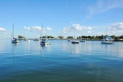 Verankerungs-Segeln-Yachten im Hafen Lizenzfreie Stockfotos