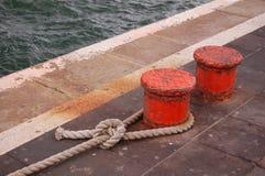 Verankerungs- Zeile auf Schiffspoller Stockbild