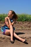 Verano Adolescente de la muchacha que se sienta solamente en un prado Imagen de archivo libre de regalías