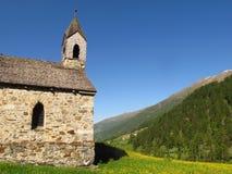Verano alpino de la primavera del valle de la montaña de la iglesia de piedra Fotos de archivo libres de regalías