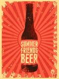 Verano, amigos, cerveza Cartel tipográfico de la cerveza del grunge del vintage Ilustración retra del vector Imagen de archivo