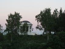 Verano blanco del crepúsculo del parque del rotonda Imagen de archivo