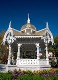 Verano-casa de madera blanca envejecida nombrada altanka Fotografía de archivo