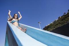 Verano de la diapositiva de la piscina de las muchachas Imagen de archivo libre de regalías