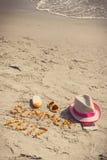 Verano 2017 de la inscripción, accesorios para tomar el sol y pasaporte con el dólar en la playa, tiempo de las monedas de verano Foto de archivo libre de regalías