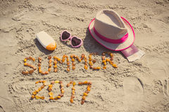 Verano 2017 de la inscripción, accesorios para tomar el sol y pasaporte con las monedas euro Foto de archivo libre de regalías