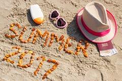 Verano 2017 de la inscripción, accesorios para tomar el sol y pasaporte con las monedas euro, concepto del tiempo de verano Fotos de archivo libres de regalías