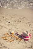 Verano 2017 de la inscripción, accesorios para tomar el sol y pasaporte con las monedas euro en la arena en la playa, tiempo de v Imágenes de archivo libres de regalías