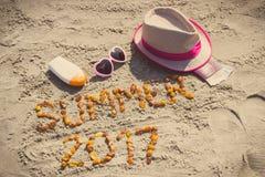 Verano 2017 de la inscripción, accesorios para tomar el sol y pasaporte con las monedas euro en la playa Fotos de archivo libres de regalías
