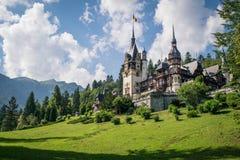 Verano de la montaña en el castillo Rumania de Peles Foto de archivo