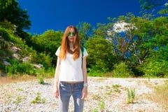 Verano de la montaña Vaqueros, camiseta blanca, gafas de sol Fotografía de archivo