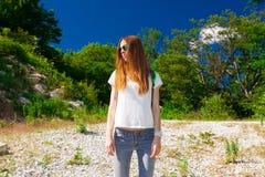 Verano de la montaña Vaqueros, camiseta blanca, gafas de sol Fotos de archivo libres de regalías