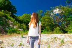Verano de la montaña Vaqueros, camiseta blanca, gafas de sol Fotos de archivo