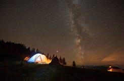 Verano de la noche que acampa en las montañas debajo del cielo estrellado de la noche imágenes de archivo libres de regalías