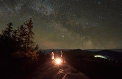 Verano de la noche que acampa en las monta?as debajo del cielo estrellado de la noche fotos de archivo libres de regalías