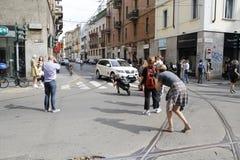 los fotógrafos del estilo de la calle que manchan el tol Milán de linda forman el verano 2015 de la primavera de la semana Imagen de archivo libre de regalías