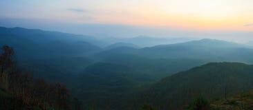 Verano de la puesta del sol de la montaña foto de archivo