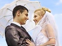 Verano de novia y del novio al aire libre. Foto de archivo libre de regalías