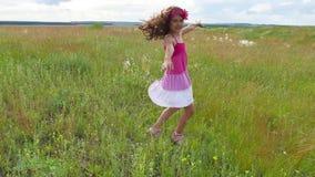 Verano del adolescente de la muchacha Adolescente de la muchacha que camina en una forma de vida del campo de hierba verde del mo Imagen de archivo libre de regalías