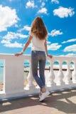 Verano del mar Vaqueros, camiseta blanca Imágenes de archivo libres de regalías