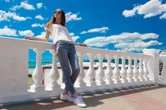 Verano del mar Vaqueros, camiseta blanca Foto de archivo