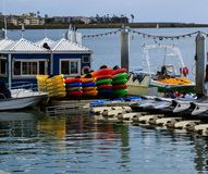 Verano en el puerto deportivo; kajaks, barcos, esquís del jet Fotos de archivo libres de regalías