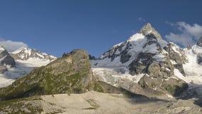 Verano en las montañas del Cáucaso Formación y movimiento de nubes sobre picos de montañas metrajes
