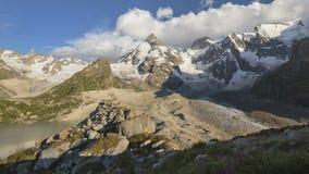Verano en las montañas del Cáucaso Formación y movimiento de nubes sobre picos de montañas almacen de video