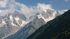 Verano en las montañas del Cáucaso Formación y movimiento de nubes sobre picos de montaña almacen de video