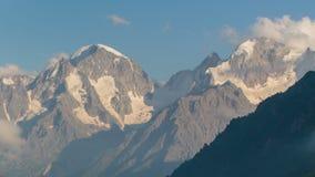Verano en las montañas del Cáucaso Formación y movimiento de nubes sobre picos de montaña metrajes