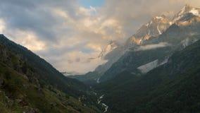 Verano en las montañas del Cáucaso Formación y movimiento de nubes sobre picos de montaña almacen de metraje de vídeo