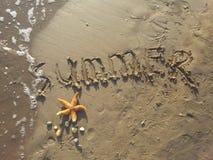 Verano escrito en arena Imagen de archivo libre de regalías