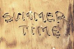 Verano escrito en arena fotos de archivo